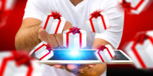 Dárky stejně tak rádi dostáváme, jako je dáváme. Jenomže někdy ne a ne vymyslet ten pravý. I když těmi pravými dárky jsou vždy vtipné dárky.