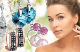 Náušnice a Swarovski elementy jdou skvěle dohromady. Hitem jsou jednoduché barevné kostičky, nápadně barevné koule ale i napodobeniny diamantových šperků.