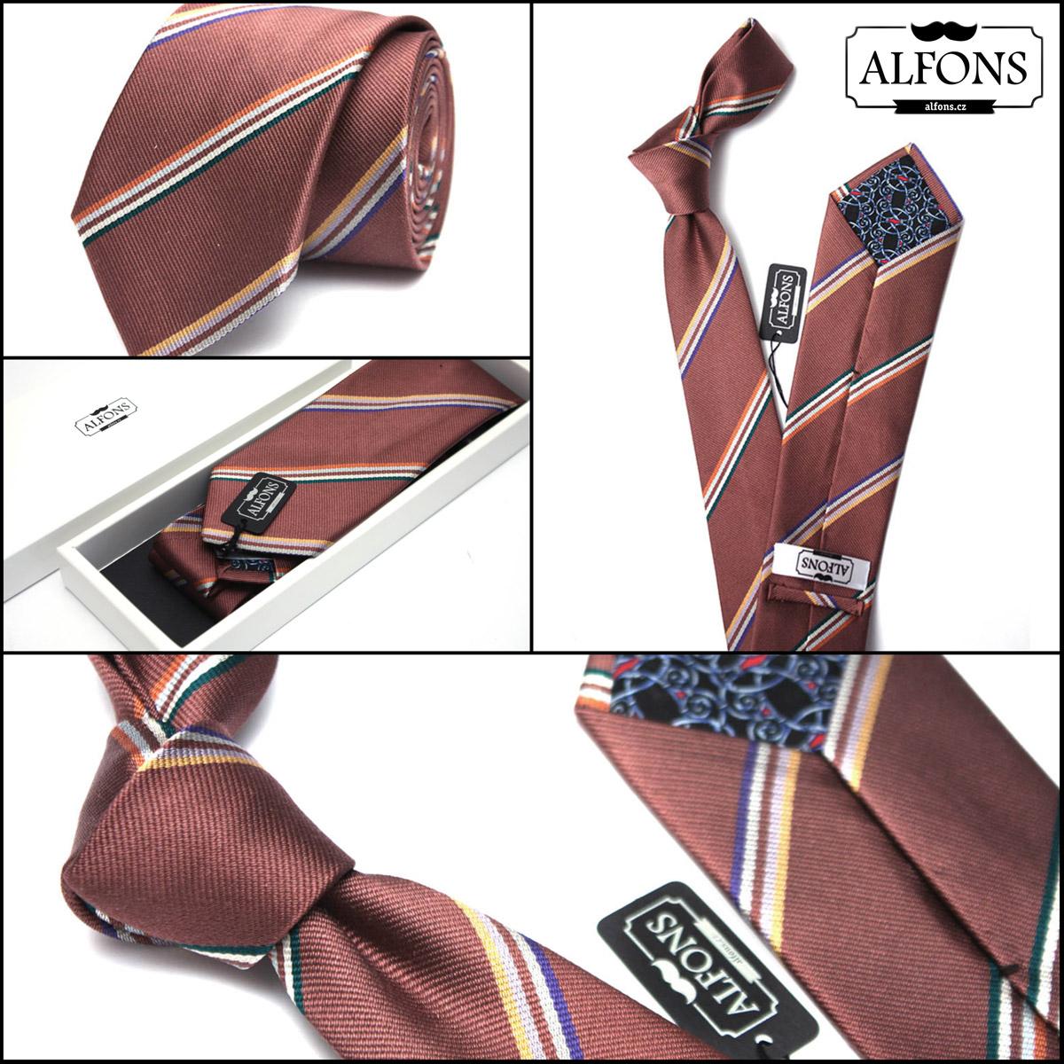 Nová pánská móda fandí kravatám s tradičními vzory kombinované do netradičních outfitů. (Kravatu s proužky koupíte v e-shopu Alfons.cz.)