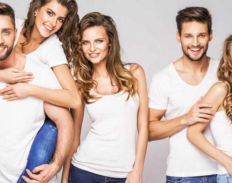 Víte, že se klasické neboli obyčejné tričko, jak ho známe dnes, vlastně vyvinulo ze spodního prádla? Dnes má v šatníku pozici významnější.