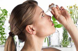 Kapky do očí – dokážou je účinně nahradit bylinky. Hodí se na unavené oči od počítače, na alergie i zánět spojivek. (Ilustrační obrázek)