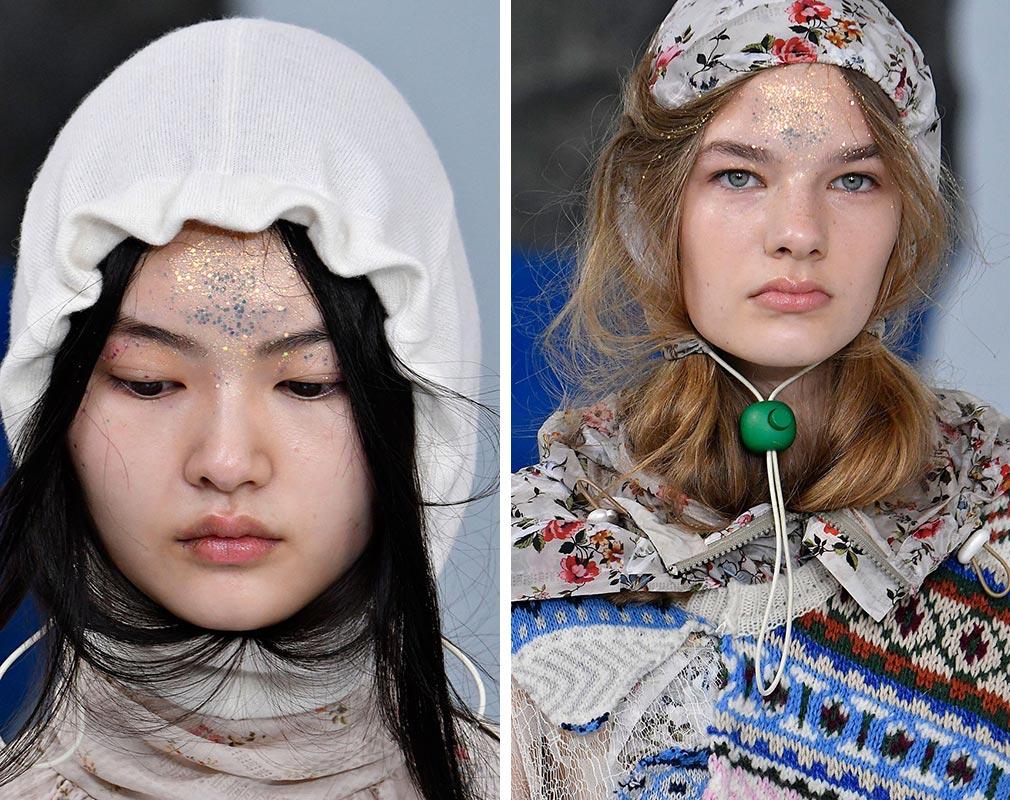 Nasaďte si na podzim a v zimě 2018/2019 místo čepice kapuci: nosí se samostatně a nezávisle na oblečení. Inspirace pohádkami však je rozhodně v kurzu.