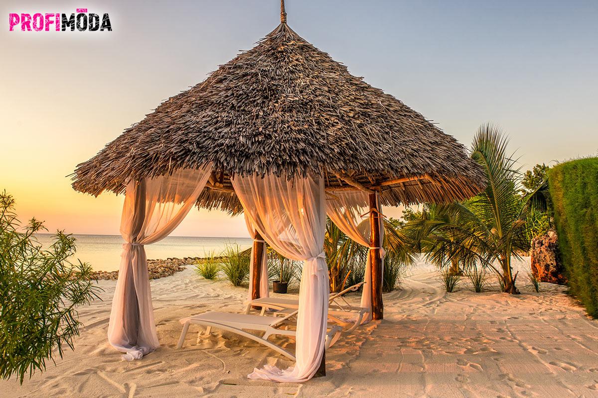 Pláže na Zanzibaru jsou úchvatné díky bělostnému písku a tyrkysové barvě moře.