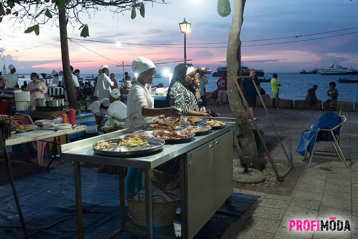 Noční trh s jídlem Forodhani Night Food Market. na Zanzibaru.