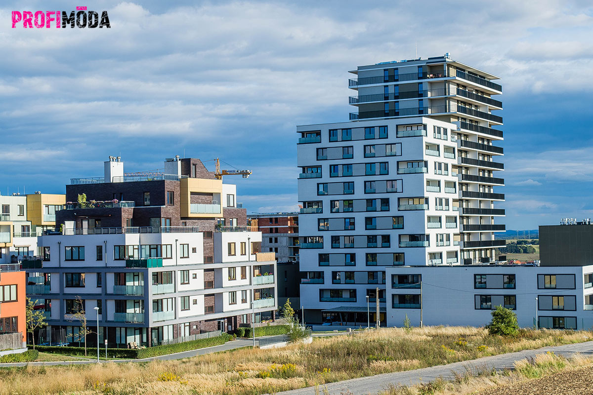 Už dávno se nestaví obyčejné panelové domy. Dnes jde o moderní a často nízkoenergetické stavby, které nabízí originální styl.