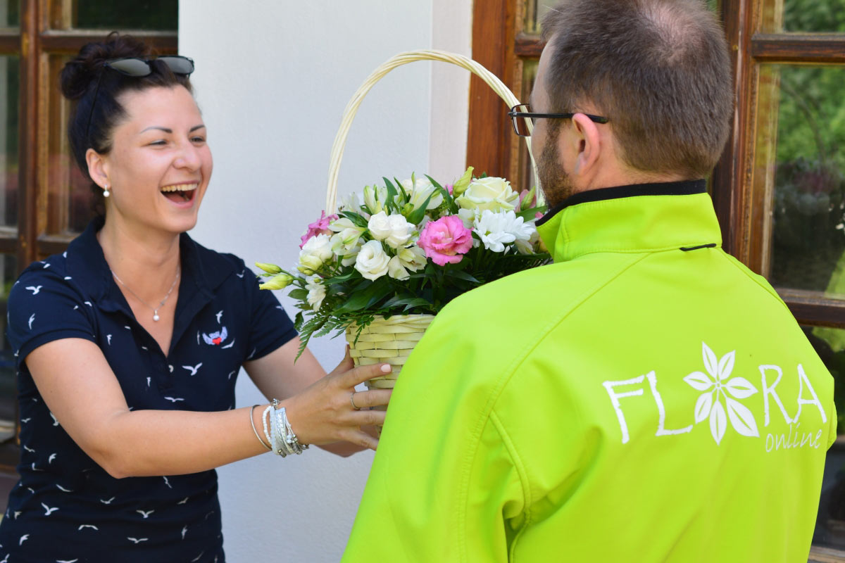 Hledáte rozvoz květin kamkoliv po České republice, nebo dokonce na Slovensko? Flora-online je doručí od pondělí do neděle včetně svátků.
