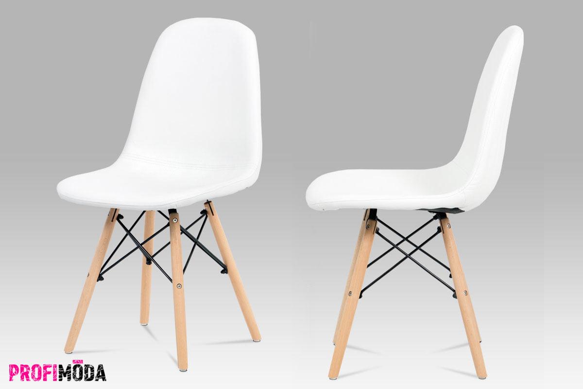 Levný nábytek: Bílá retro židle s čalouněním z ekokůže, s dřevěným podnožím a kovovými vzpěrami.
