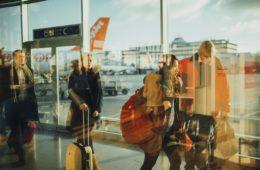 Chystáte se letět na dovolenou, za rodinou nebo pracovně? Jedna z nejčastěji pokládaných otázek před cestou letadlem je: Co si mohu vzít do letadla. Víte, jak tomu bude v roce 2019?