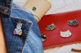 Odznáčky jsou opět v módě. Suplují brož, jsou moderní a umí oslovit napříč generacemi.