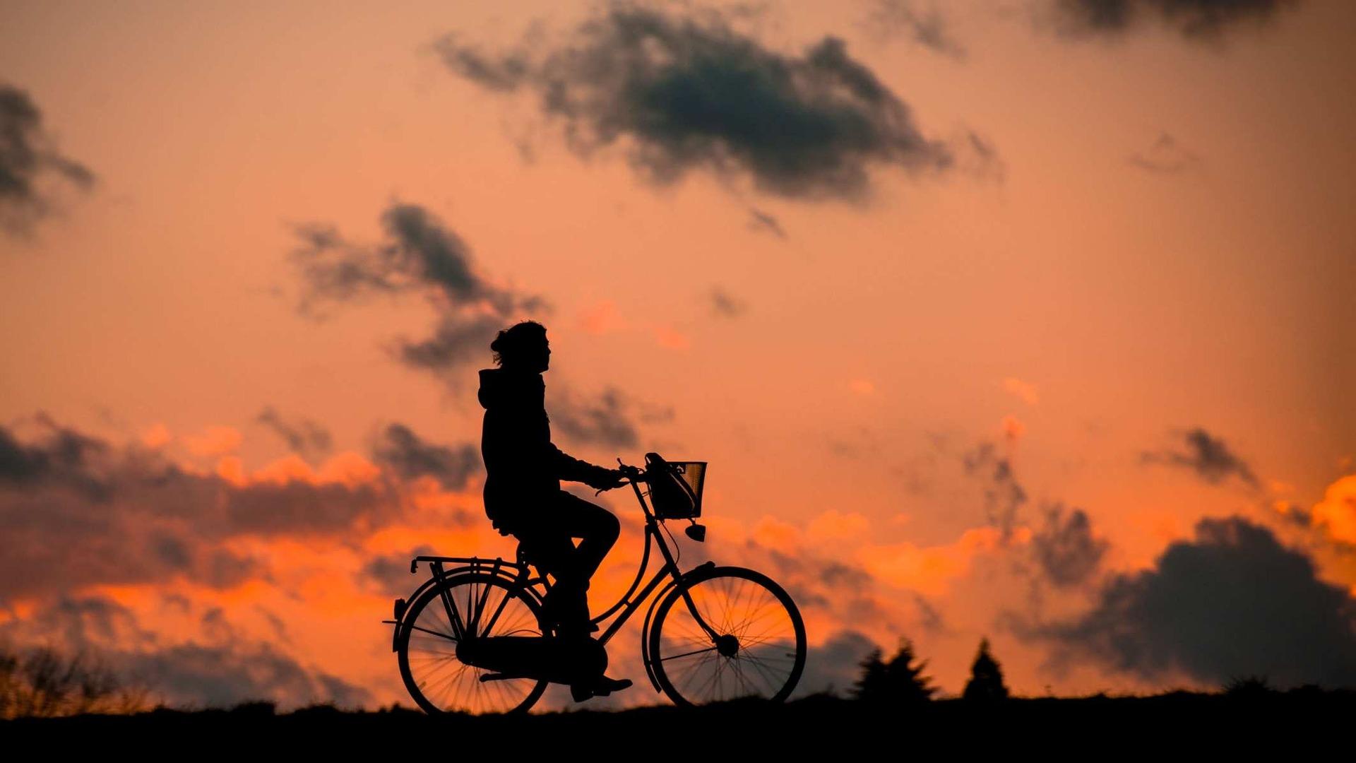 Je jízda na kole vhodná jako sport i pro ženy? Ano, ale s mírou a bez přetěžování kloubů a svalů.