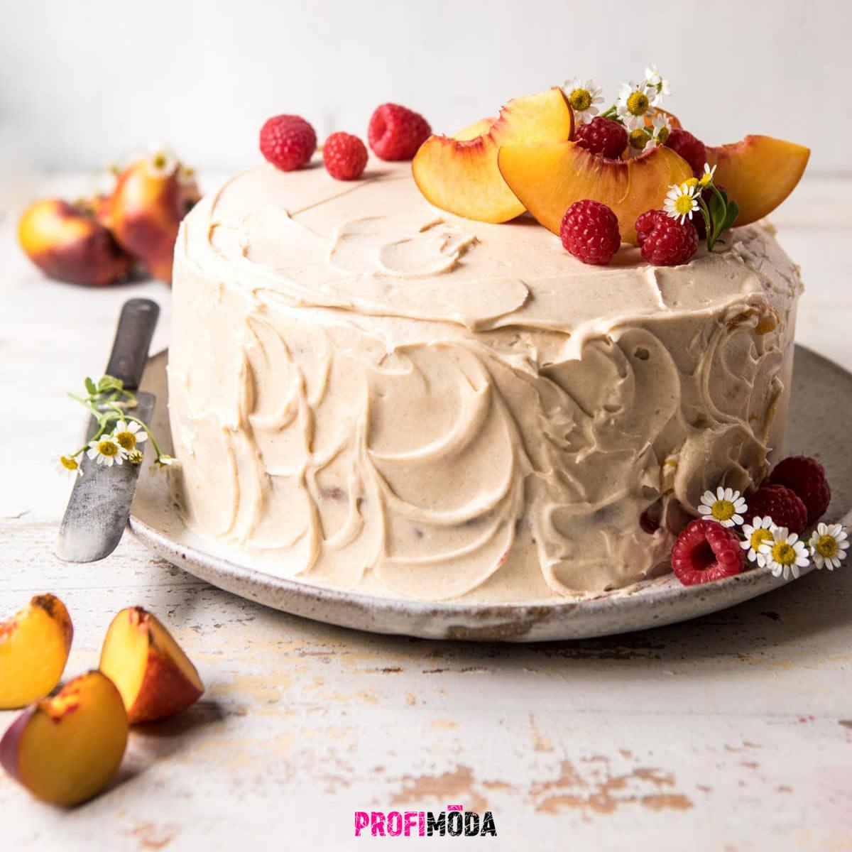 Strukturovaným povrchům dortů sluší ozdoby z bylinek, lučního kvítí a ovoce.