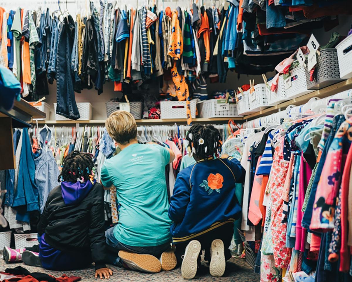 Jestliže to u vás doma v šatně vypadá nějak takto, je čas prodat něco na bazaru.