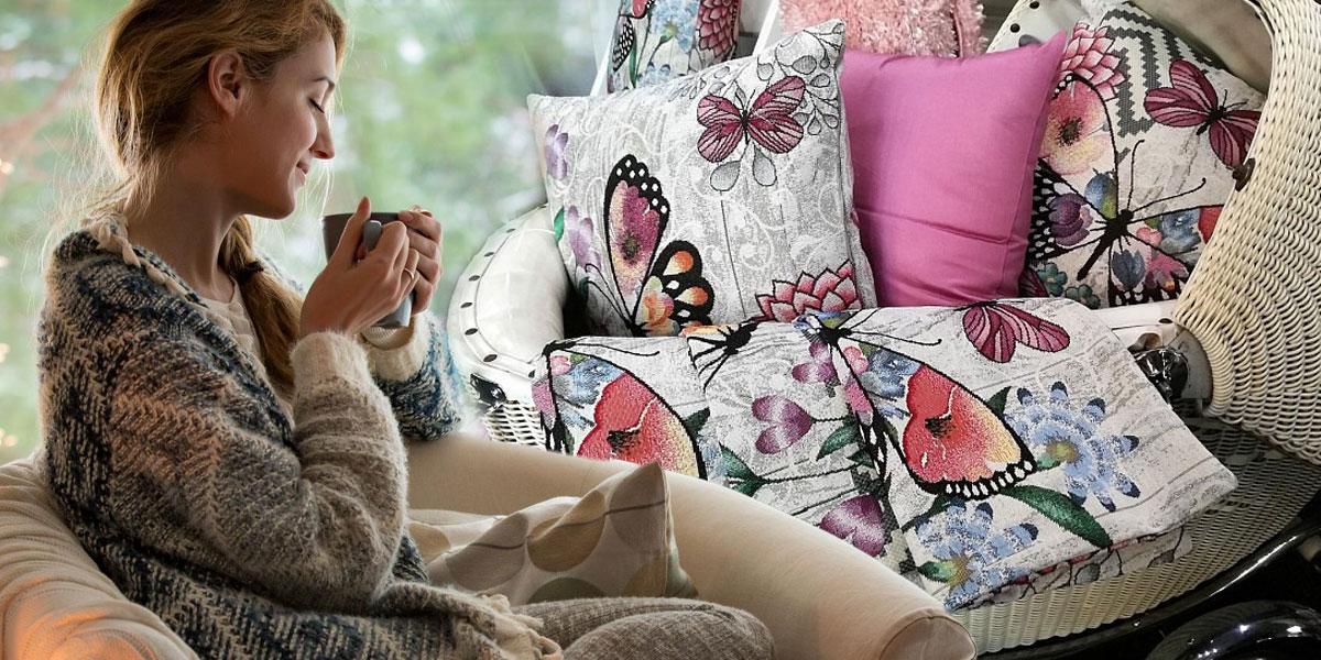 Filosofie štěstí hygge se většinou prezentuje jako relaxace u svíčky, vteplých tlustých ponožkách a shrníčkem něčeho teplého. Věděli jste ale, že bez pohodlných polštářků to niky nebude ono? Dekorační polštářky navíc hygge atmosféru zajistí nejen vzimě, ale i vlétě.